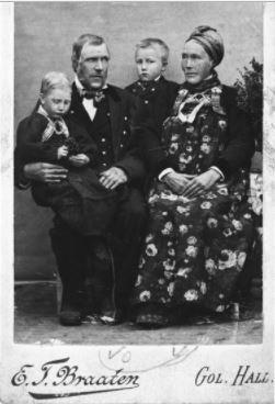 Familiegruppe.Torkjell Løyte Larsbråten og Kari Høgset med borna Knut og Gunhild Larsbråten. braaten