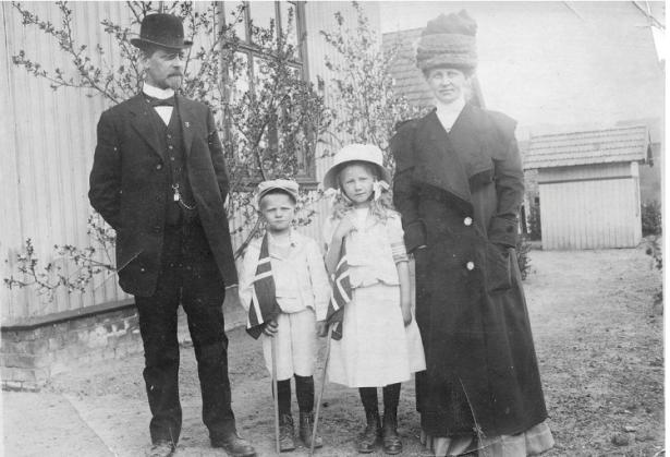 Ole Skattebøl med sønnen Sverre og datteren Aagot og konen Karen