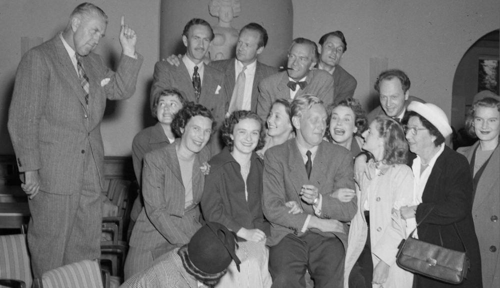 Skuespillere ved Trøndelag Teater 1950 hefte med sigarett.JPG